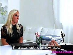 FemaleAgent Busty tyttö nuolee agentti for money