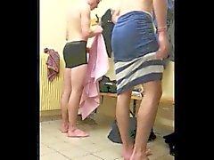 oğlanlar soyunma odasına çıplak yakalandı