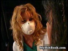 Avy Scott et Julie Night sont dans un donjon BDSM w