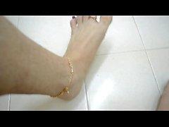 Писающие на мои пальцы и красный ногти на пальцах ног во время ношения великолепное Toering и ножной браслет