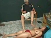 Mann tramples Mädchen, ruft sie an die Füße verehren