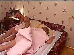 Amatör Gangbang för sovande mamma