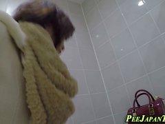 Eine heiße asiatische Fetisch-Babes sind masturbieren und Voyeur Spionage auf sie von versteckten cam