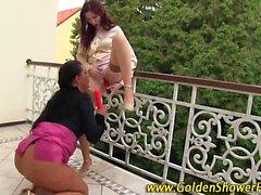 Piscia lesbo si fa la figa fistata