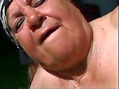Yağ Büyükanne Fucked Outdoors