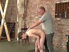 Lyle streicht ihm uncut dick danach Butt Feigen und Prügel