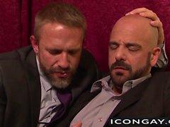 Dague Caber et Adam Russo enfoncement l'autre fort sur le lit