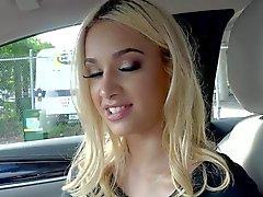 Superbe blonde de Uma Jolie a sucer des queues dans une voiture