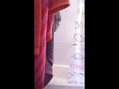 Sveglio della ragazza facevo la doccia