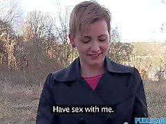 Des femmes chevelure court PublicAgent la nique inconnu