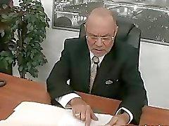 Secretário jovem fode seu antigo chefe