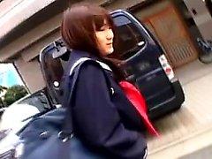 Söpö Aasian koulutyttö istuu wc ja tekee itse