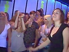 Yong bedårande gal borras efter att ha dansa