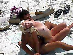 Ei hoikka vaaleita gets fucked hänen poikaystävänsä klo julkinen ranta