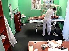 Enfermera de pussylicks médico falso en la mesa de examen