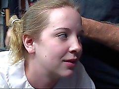 Mignonne jeunes blonde école suce un gode et se une fessée sur son cul