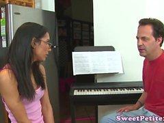 Molto piccolo adolescenti doggystyled da più vecchio insegnante di piano