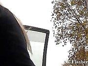 Amateur blonden Jakki blinkt mit ihrem Auto und Sendungen