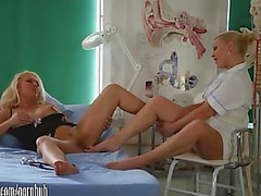 Reizvolle dick Milf Lana Cox erwischt den Ball Zehen abgesaugt und Fußjob vom frechen Krankenschwester