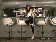 Feticisti Il lattice of sexy cameriera di Anastasia in tacchi e Bodystockings gomma