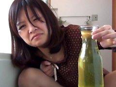 Asiático llena vaso con orina