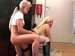 två blondiner