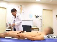 CFNM Japanse milf dokter baadt patiënten harde penis