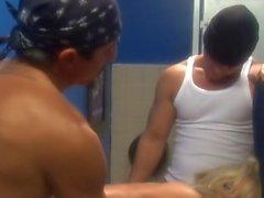 Blonden dick Milf TJ Hart DP im Toilette