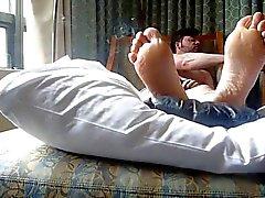 fumadores y los pies de en la cama