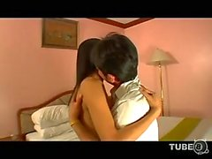 Asiatische Ladyboys Ruft Arsch geschraubt die auf einem Bett