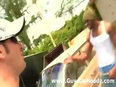 Weiss guy ist zum kotzen interracial schwarze Schwänze outdoors )