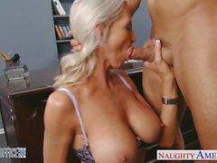 Reizvolles blondes Emma Starr bekommt im Büro genagelt