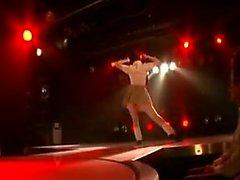 Sedutora dançarina oriental coloca seu maravilhoso corpo em displa
