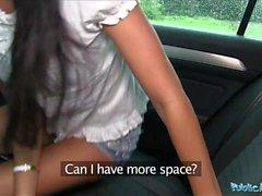 Offentlig agent Nätt i shorts knullad i en bil efter POV bj