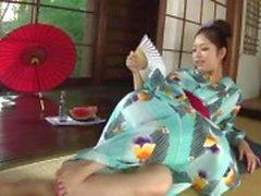 Kinky Hana usa uma garrafa de brinquedo buceta dela até que ela está molhada