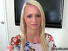 Böse blond mit herrlichem Titten langsam Streifen