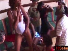 Sexy Africano babes tira e foda na orgia com homens Horny