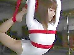 Flessibili slut Giapponese per venga legato per violata da suo catturatore