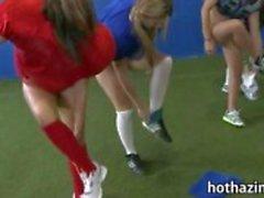 Joukko tuhma amatööri tyttöjen jalkapallo-ottelun ja mutustellen