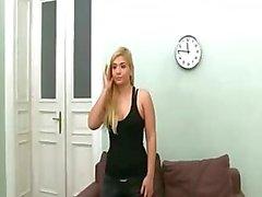 Big tits blondie strip zichzelf op de sofa