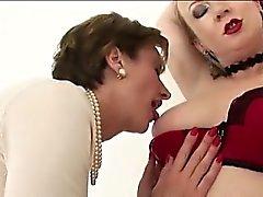 Le lesbiche inglesi maturi succhiano tette