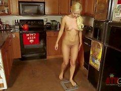 Di Nizza di Aaliyah Love si nudo in cucina