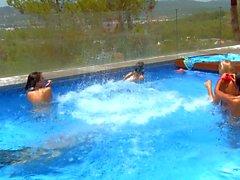 Fiesta de la piscina lesbiano con Lily y Megana