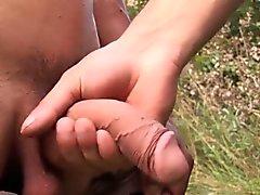 Piccolo e muscolari Jonas batte sua carne