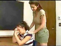 Schoolmeisje krijgt anaal gestraft door haar leraren riem op