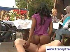 Ebony tranny i en offentlig trekant