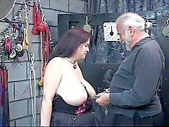 Девушка получает сосков зажат сильно и наклоняется над