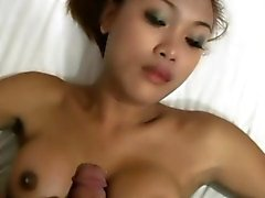 Pretty ladyboy chupa galo em POV e gosta de titty fucking
