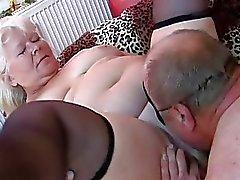Esposa amador gordinho chupa e fode na cama