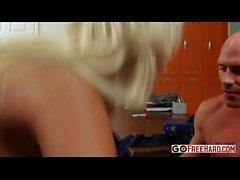 Horny учитель Бриджит Б. трахает ее студент в школе